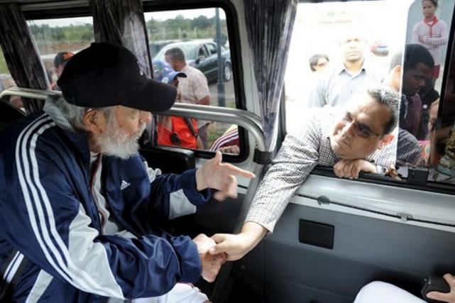 Fidel Castro serre la main d'une personne ayantpassé... (PHOTO REUTERS/CUBADEBATE)