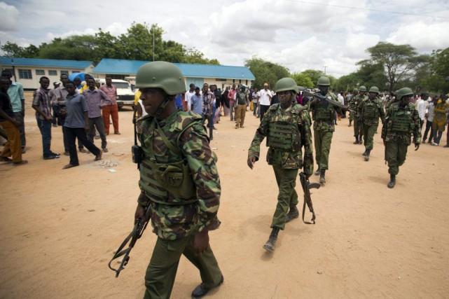 Des soldats ont accompagné les corps des assaillants... (PHOTO BEN CURTIS, AP)