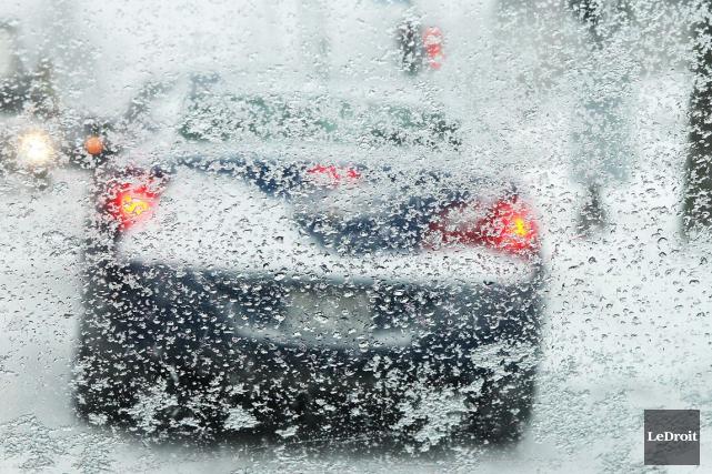 Les automobilistes qui ont déjà chaussé leurs pneus d'été devraient éviter de... (Patrick Woodbury, Archives LeDroit)