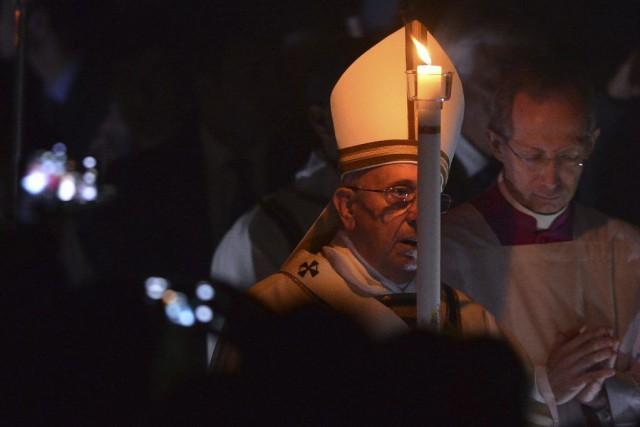 Le pape a marché dans l'obscurité jusqu'à la... (PHOTO TIZIANA FABI, AFP)