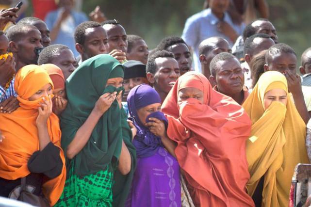 Des femmes se couvrent le visage alors que... (Associated Press)