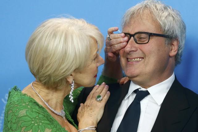 La comédienne Helen Mirren s'amuse avec le réalisateur... (Photo Hannibal Hanschke, Reuters)