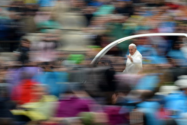 Le pape François salue la foule depuis la papemobile... (PHOTO FILIPPO MONTEFORTE, AGENCE FRANCE PRESSE)
