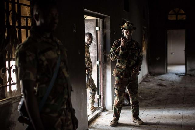 Des soldats nigérians inspectent un bâtiment qui a... (PHOTO NICHOLE SOBECKI, ARCHIVES AFP)