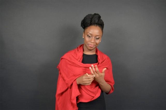 Chimamanda Ngozi Adichiedresse le bilan d'une émigration douce-amère... (PHOTO FOURNIE PAR GALLIMARD)