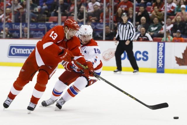 Darren Helm et Matt Niskanen se disputent la... (Photo Rick Osentoski, USA Today)