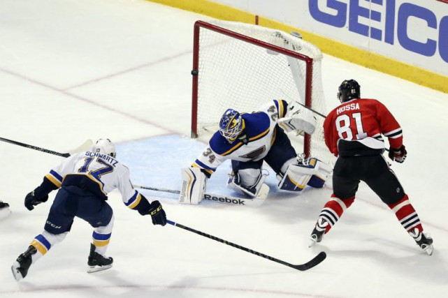 Marian Hossa échoue à marquer dans le filet... (Photo Kamil Krzaczynski, USA Today)