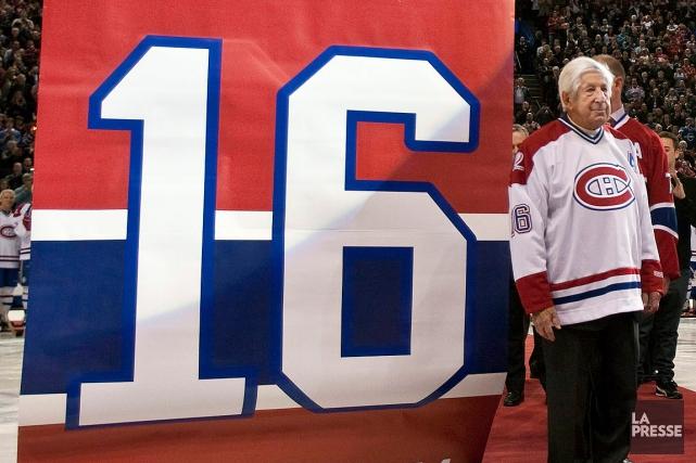 Le Canadien a retiré le numéro 16 d'ElmerLach... (PHOTO PAUL CHIASSON, ARCHIVES ASSOCIATED PRESS)