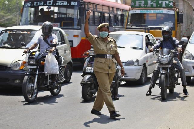 Les gaz d'échappement de millions de voitures, ajoutés... (PHOTO AIJAZ RAHI, AP)