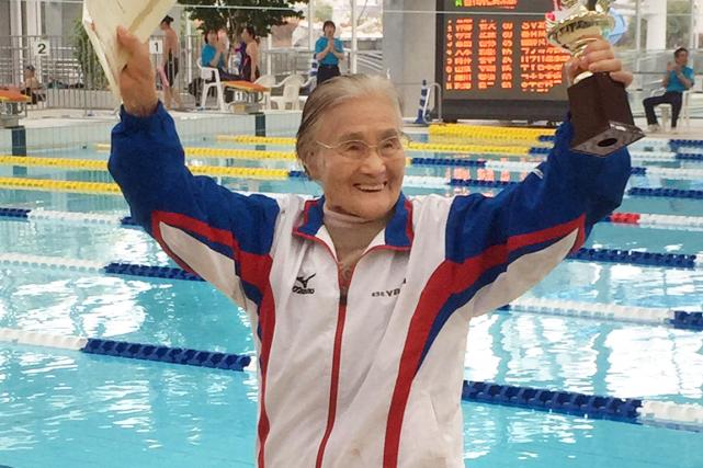 La nageuse centenaire Mieko Nagaoka célèbre après son... (Photo AFP)