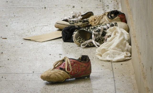 Des effets personnels - dont des chaussures -... (PHOTO AP)