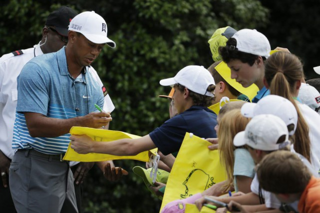 Tiger Woods a signé des autographes avant de... (PHOTO CHRIS CARLSON, AP)