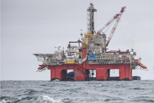 Des militants de Greenpeace sont grimpés sur une plateforme pétrolière du géant... (Photo archives Reuters)