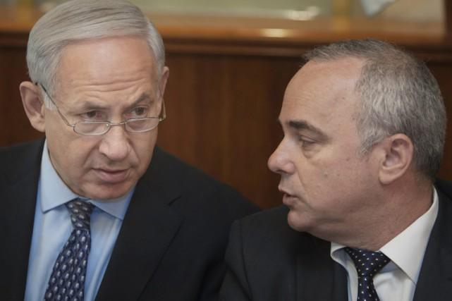 Le ministre du Renseignement Youval Steinitz (à droite)... (Archives AP)