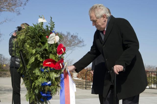 Milos Zemandépose une couronne en souvenir des victimes... (Photo: AP)
