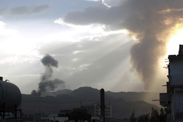 De la fumée s'élève de camps présumés des... (AFP, MOHAMMED HUWAIS)