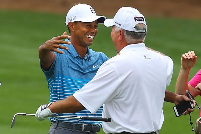 Contrairement à sa routine habituelle, Tiger Woods a... (AP, Curtis Compton)