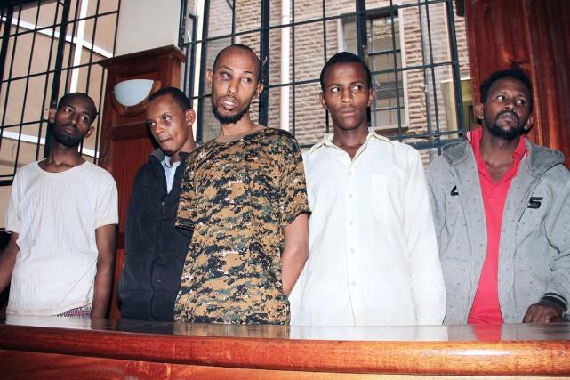 Des enquêteurs kényans ratissent la scène de crime... (PHOTO AFP/STRINGER)