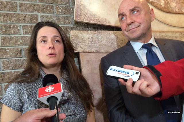 Nathalie Bombardier et l'avocat de l'Érablière Daniel Gaudreau,... (La Tribune, René-Charles Quirion)