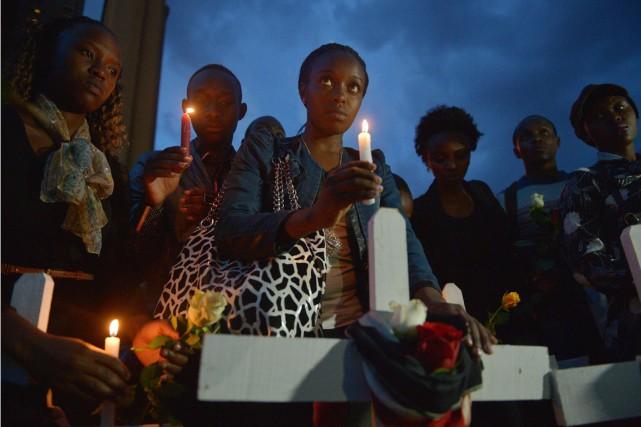 Une veillée a également été organisée mardi soir... (PHOTO TONY KARUMBA, AFP)