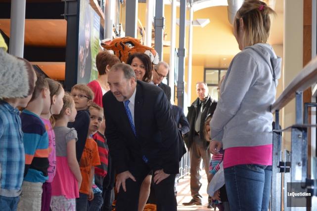 Denis Lebel a été accueilli par des élèves... ((Photo Le Quotidien Louis Potvin))