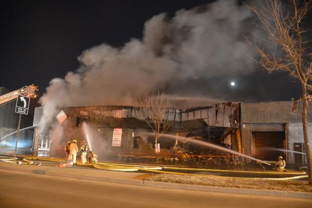 Un immeuble commercial a été détruit par un incendie en toute fin de soirée,... (PHOTO SYLVAIN RYAN, COLLABORATION SPÉCIALE)