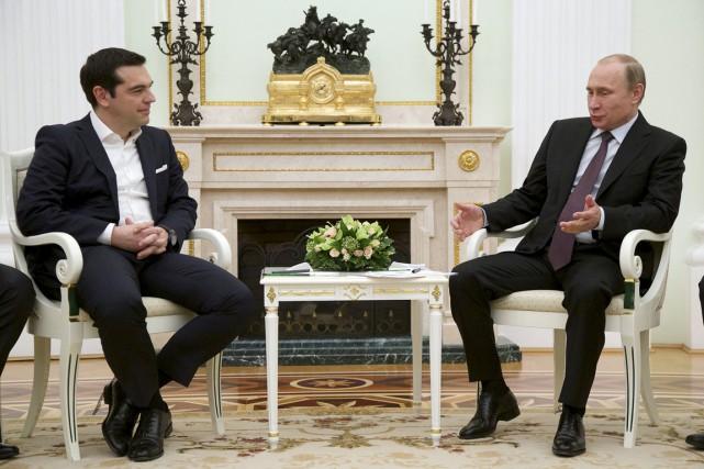 Le premier ministre Tsipras (à gauche) s'entretient avec... (PHOTO ALEXANDER ZEMLIANICHENKO, REUTERS)