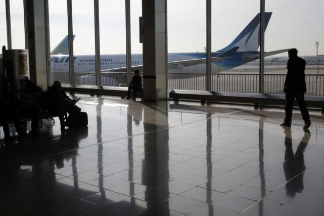 À Orly, près de 300 vols sur 700... (Photo Francois Mori, AP)