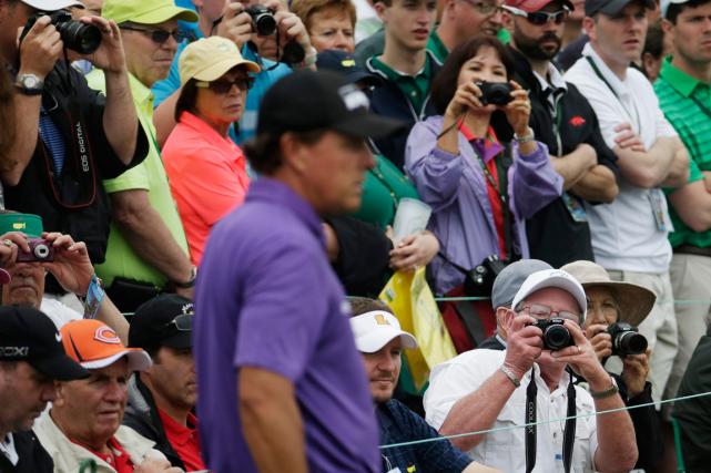 Les cellulaires étant interdits sur le parcours d'Augusta,... (Photo Charlie Riedel, AP)