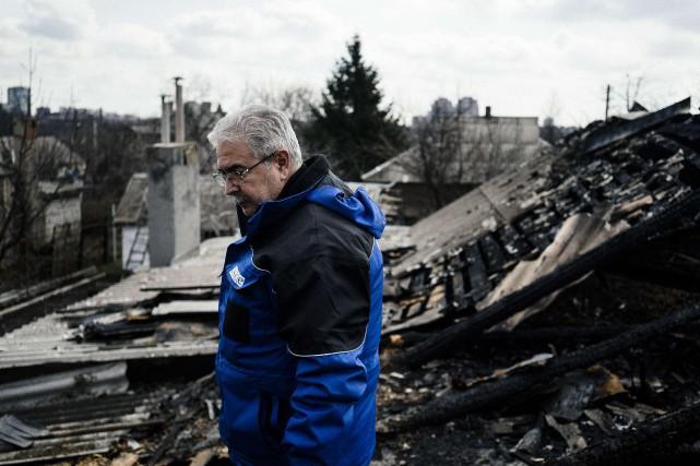 Un observateur de l'OSCE marche dans les ruines... (PHOTO DIMITAR DILKOFF, AFP)