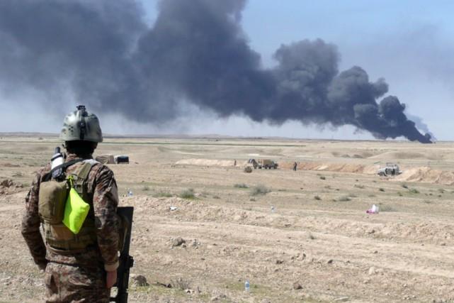De la fumée s'échappe d'un champ pétrolier en... (Photo: AFP)