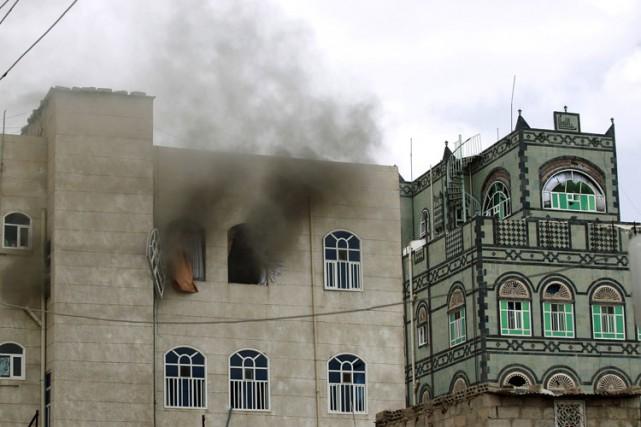 Dans la capitale Sanaa, un immeuble résidentiel, situé... (Photo: AFP)