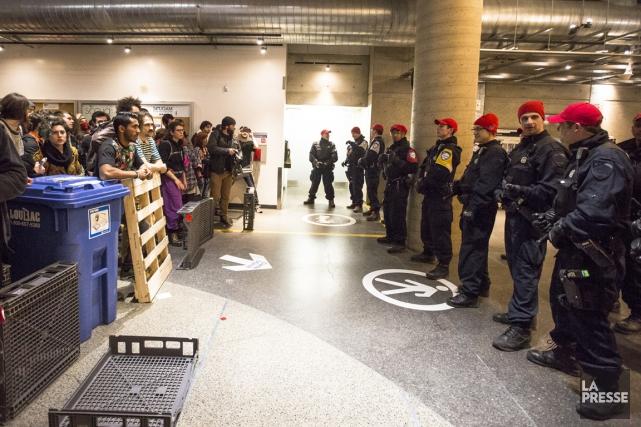 Le transport des individus interceptés a été compliqué... (Photo Olivier Pontbriand, La Presse)