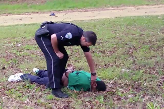 Le policier Michael Slager a passé les menottes... (PHOTO AP)