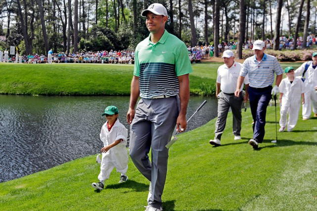 Tiger Woods marchait mercredi en compagnie de son... (Photo AP, David J. Phillip)