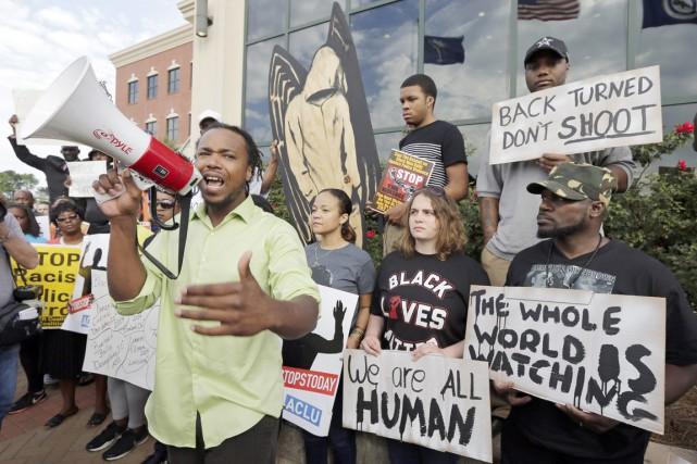 Des manifestants se sont rassemblés devant l'hôtel de... (PHOTO CHUCK BURTON, AP)