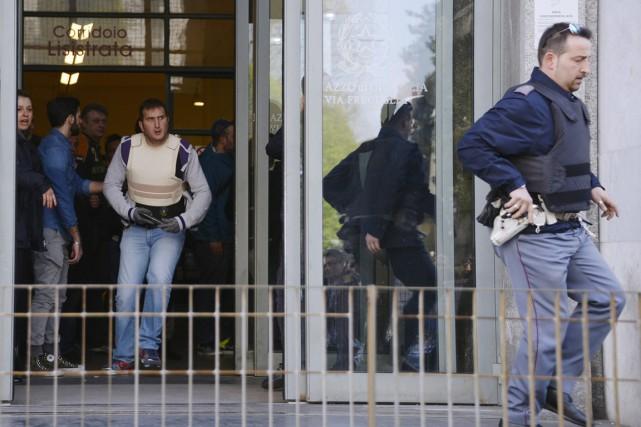 Peu après les tirs, des ambulances et de... (PHOTO OLIVIER MORIN, AFP)