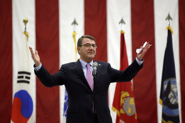 Le secrétaire à la Défense Ashton Carter gesticule... (PHOTO LEE JIN-MAN, AFP)