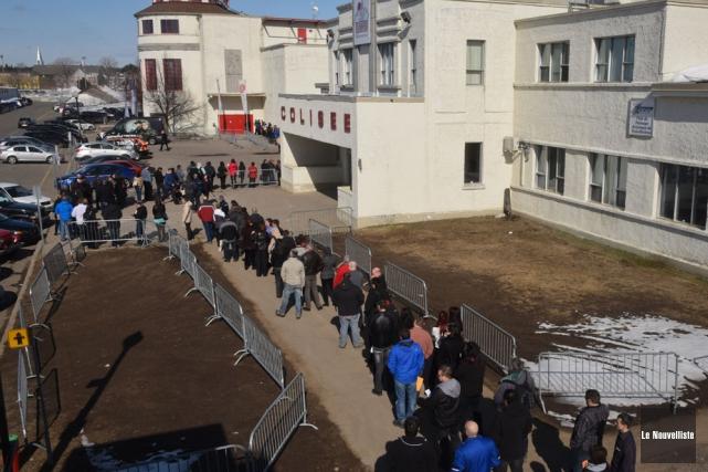 Ils étaient plusieurs jeudi matin à attendre l'ouverture... (Photo: François Gervais, Le Nouvelliste)