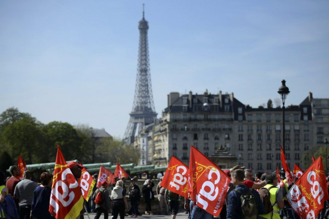 Plus de 120 000 manifestants ont marché à Paris,... (PHOTO STEPHANE DE SAKUTIN, AFP)