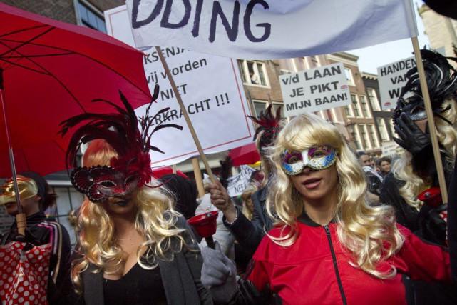 Les prostituées portaient des masques afin d'éviter d'être... (PHOTO PETER DEJONG, AP)