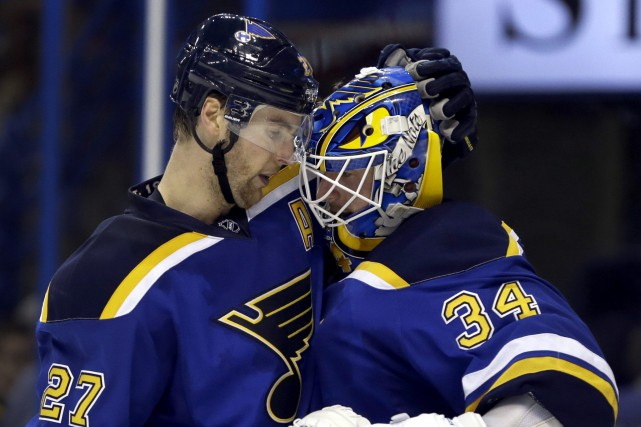 Alex Pietrangelo festoie avec le gardien Jake Allen.... (PHOTO JEFF ROBERSON, AP)