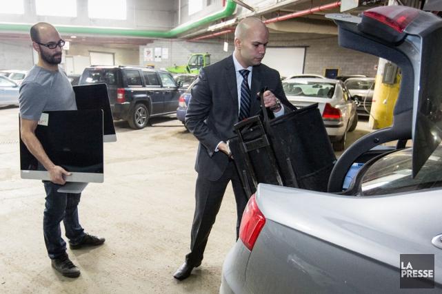 Un huissier procède à une saisie de documents... (PHOTO SIMON GIROUX, LA PRESSE)