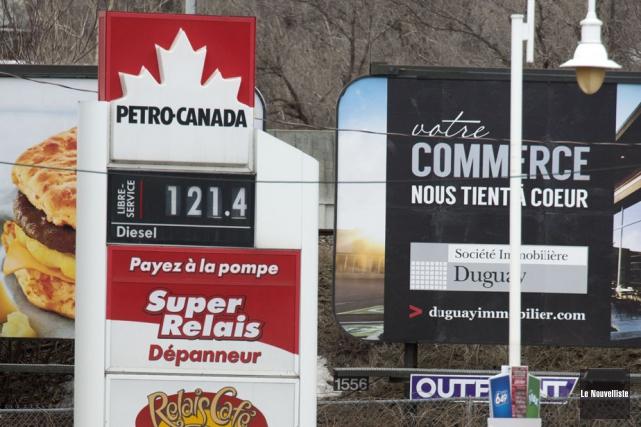 Certaines stations d'essence affichent un prix de121,4 cents... (Photo: Stéphane Lessard, Le Nouvelliste)