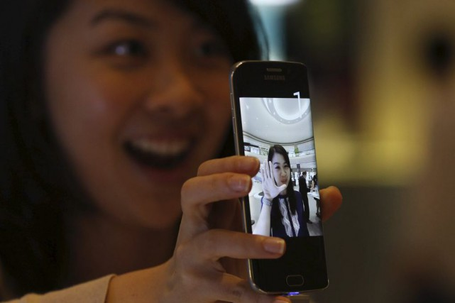 Le Galaxy S6 de Samsung sort vendredi en Europe, en Amérique du Nord et en... (PHOTO EDGAR SU, REUTERS)