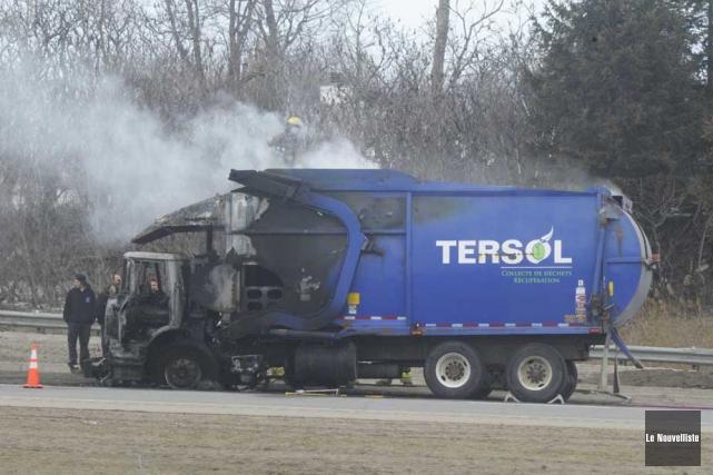 Un camion à ordures a été la proie des flammes jeudi vers 13h40 à... (Photo: Sylvain Mayer, Le Nouvelliste)