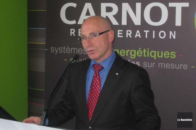 Le ministre régional Jean-Denis Girard procédant à trois... (Photo: Marc Rochette, Le Nouvelliste)