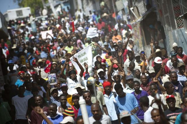 Sous la pression notamment des manifestants, le président... (PHOTO HECTOR RETAMAL, ARCHIVES AFP)