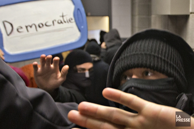 Des individus masqués arpentent les corridors de l'UQAM.... (Photo: La Presse)