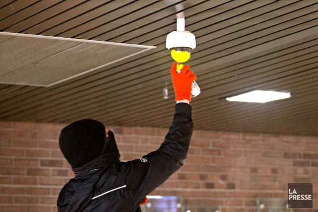 Un manifestant masqué peinturant une caméra lors de... (La Presse, Patrick Sanfaçon)